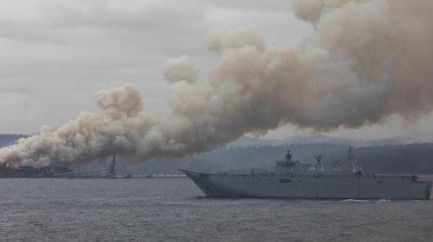 澳皇家海军航母就位,对新州最大木材厂展开营救