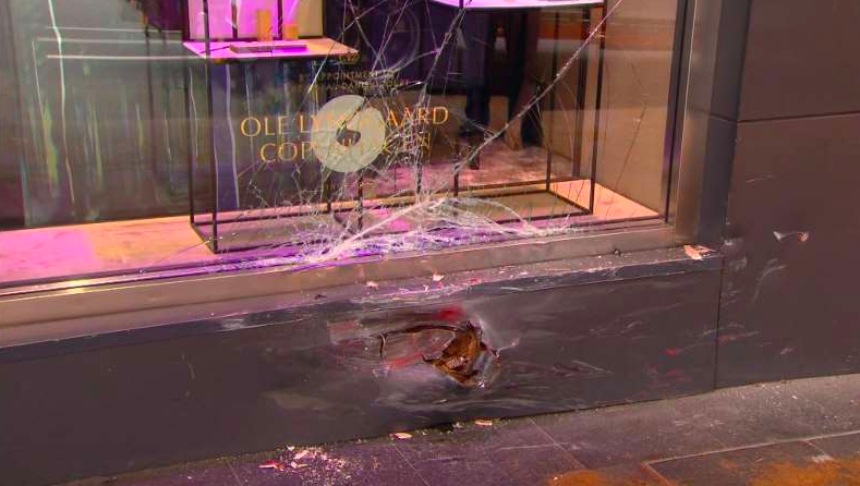 法拉利撞到了悉尼市中心珠宝店 男司机被起诉