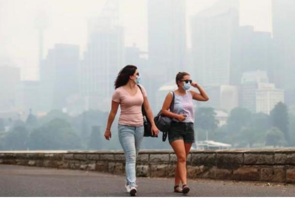 """山火浓烟有多可怕?悉尼空气质量爆表,人们沦为""""吸尘器"""""""