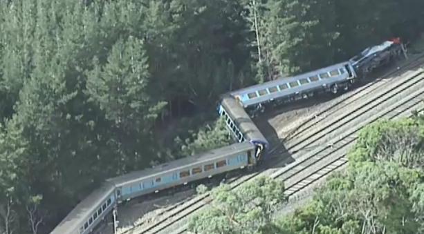 【视频】墨尔本火车脱轨正副驾驶身亡!153名乘客被甩飞12人受伤