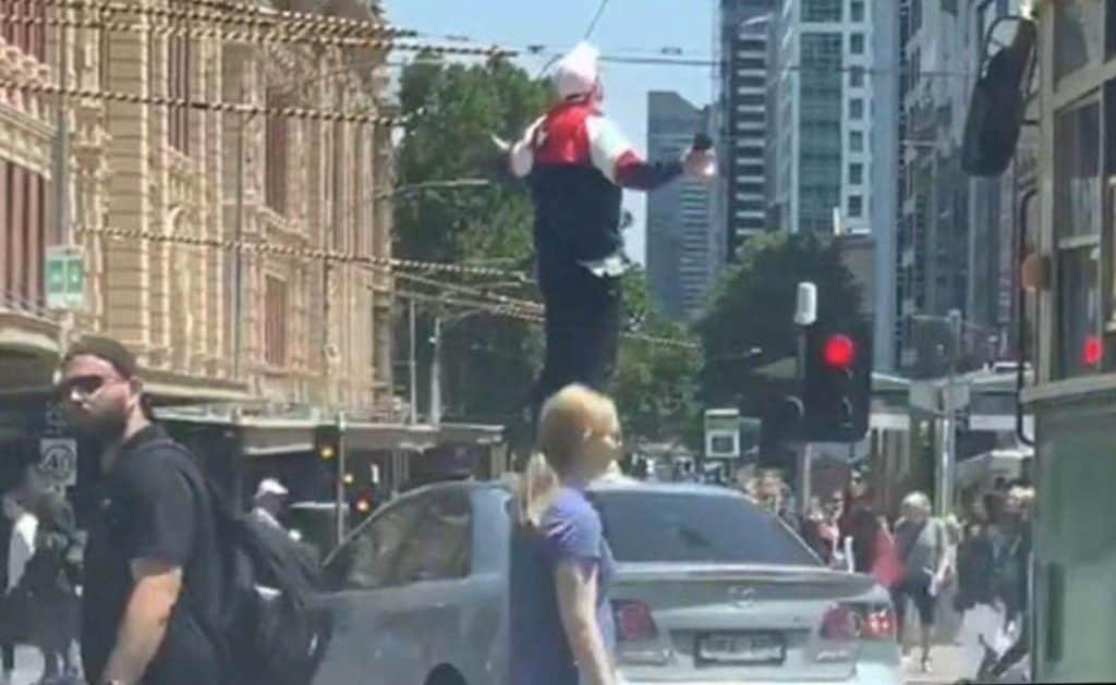 【突发】墨尔本男子在市中心发狂,特警已出动!
