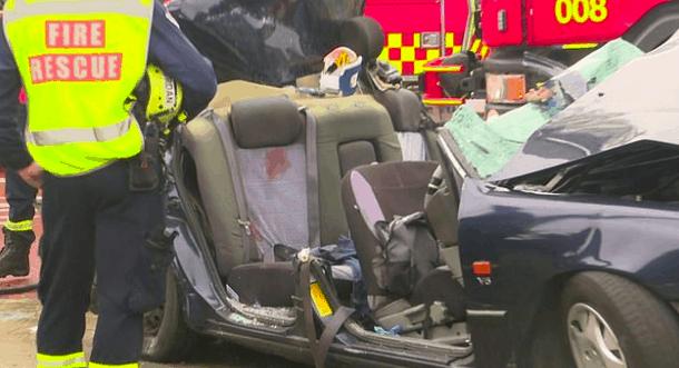 悉尼街头发生重大车祸!小车与公交车狠撞 现场惨不忍睹