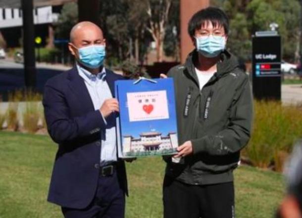 """中国驻澳大利亚使馆向中国留学生发放""""健康包"""""""
