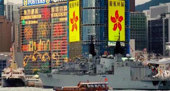 """撕破的黄脸皮和凋零的紫金花,一篇看懂香港如何从""""棋子""""变成""""弃子"""""""