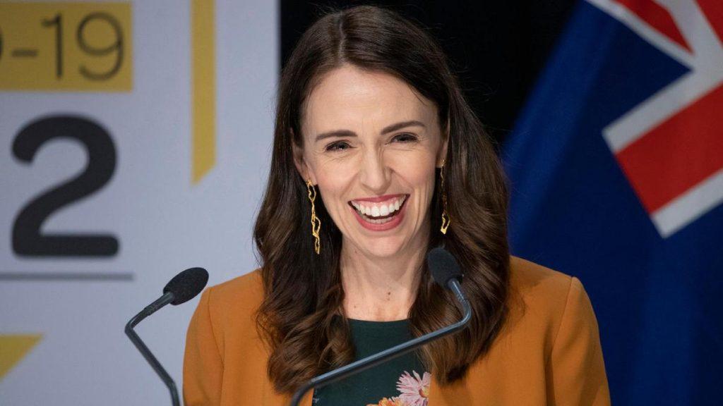 """新西兰疫情死灰复燃,女总理推迟大选被指玩弄""""双标"""""""