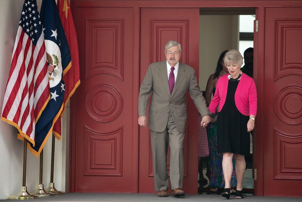 美国驻华大使突然宣布离任,表示中美关系依旧乐观