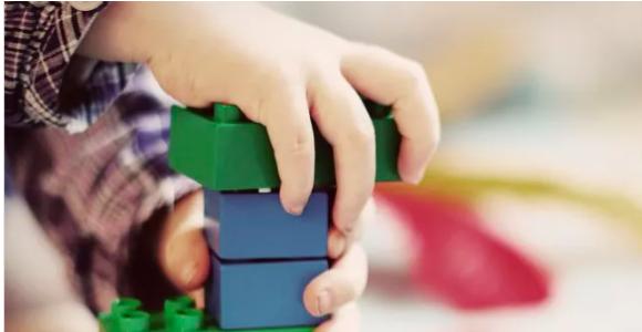 澳洲年轻父母的崩溃,是从缺钱开始的!养儿到底有多贵?不全职带娃就得给幼儿园打工