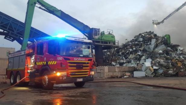 墨尔本金属废弃物回收厂发生大火 这附近民众赶紧紧闭门窗!