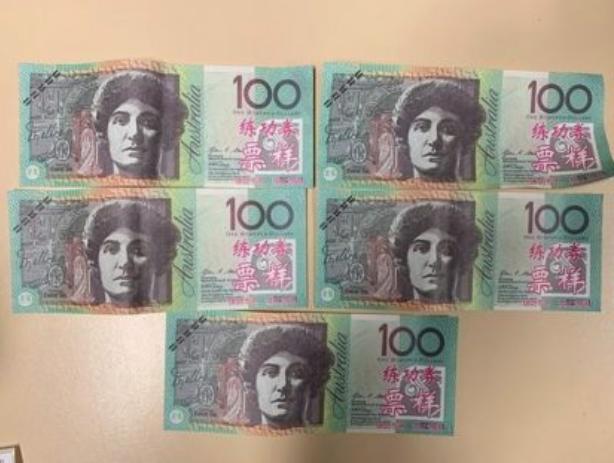 纸币上印着中文字!澳男持百元假钞被捕,网友嘲讽:好歹做真一点