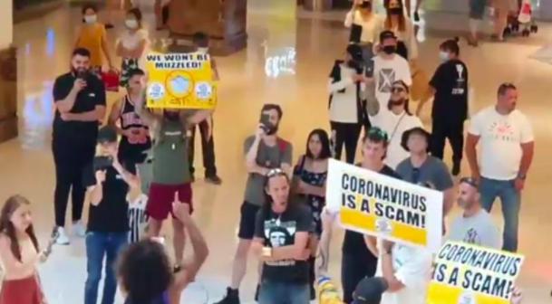 """00多人聚集在悉尼Westfield!抗议强制口罩令,高呼""""新冠是骗局"""""""""""