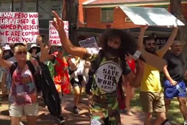悉尼反口罩抗议者试图冲击Westfield!被警察人墙直接堵回去