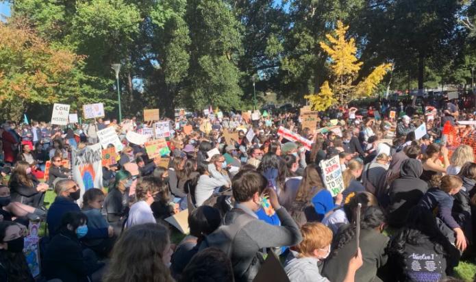 """全澳50多地爆发游行示威!数千名学生涌入悉尼CBD,批莫里森政府""""不关心澳洲 未来"""""""
