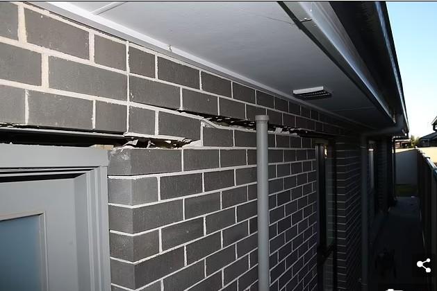 """墙体移位、地板倾斜、门窗无法打开……悉尼""""下沉区""""房产迅速贬值,引当地居民内讧"""