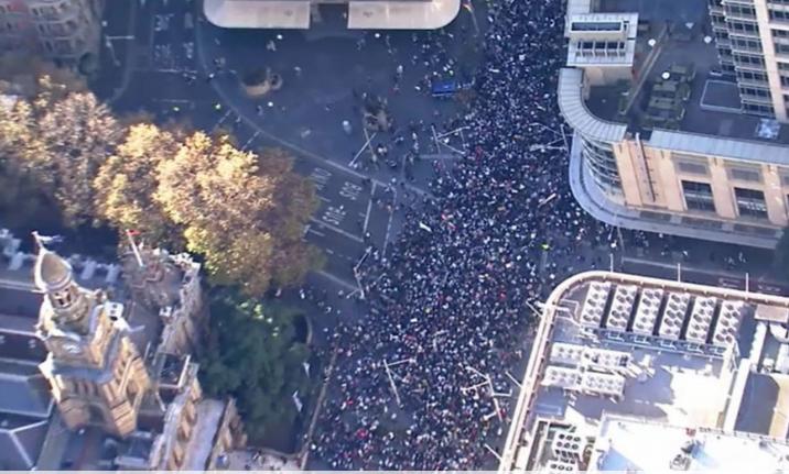 巴以冲突升级,悉尼CBD爆发大规模游行示威,数千人涌上街头