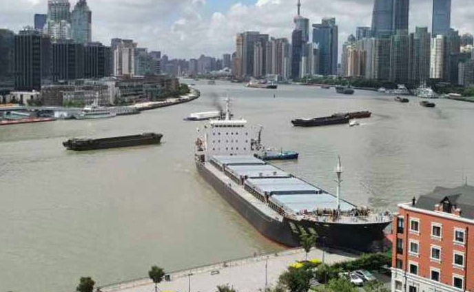 视频|万吨货轮失控直撞上海浦东江岸 巨响如雷